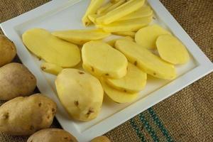 Zubereitung von Kartoffeln zum Kochen gesunder Ernährung. foto