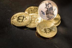 Glaskugel und Bitcoin-Kryptowährung. Geschäftskonzept foto