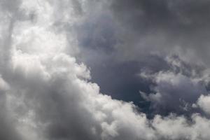 dramatischer Himmel mit stürmischen Wolken vor Regen und Gewitter foto