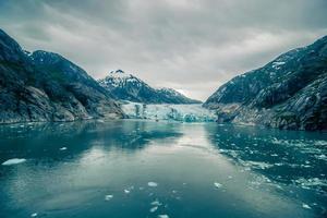 tracy arm fjordlandschaft im juni in alaska foto