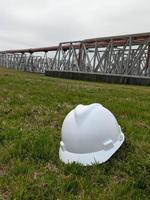 Nahaufnahme eines Schutzhelms in Industrieanlagen foto