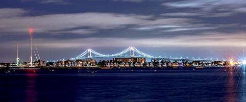 Claiborne Pell Bridge im Hintergrund nachts in Newport Rhode Island? foto