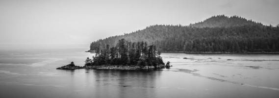 Alaska Natur und Bergkette mit Meereslandschaft im Juni foto