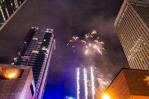 Große Menschenmengen versammelten sich, um die erste Nacht des neuen Jahres in Charlotte nc . zu feiern foto