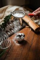 Brownies mit Keramikplatte auf einem Holztisch foto