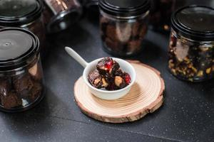 hausgemachte Brownies auf schwarzem Tisch foto