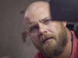 Porträt eines kahlen Mannes mit Bart foto
