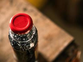 Nägel verfärben sich in einer durchsichtigen Essigflasche. Nagelfleck machen foto