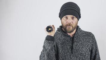 Mann hält eine Dioden-Taschenlampe in der Hand foto