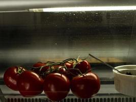 Chili-Tomaten auf einem Ast in schönem Licht im Wind foto