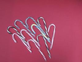 Frohe Weihnachten Süßigkeiten Karamell Zuckerrohr auf einem rosa Hintergrund foto