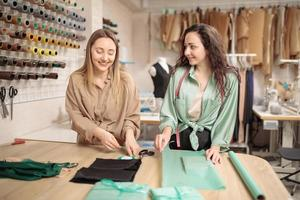 Kleinunternehmen, lokale Produktion. zwei junge Kolleginnen arbeiten in ihrem Atelier. Unternehmer und Unternehmer. Verpackung für den Versand von Produkten foto