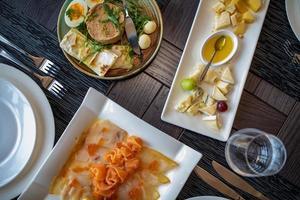 Catering-Tischset-Service mit Besteck und Glasstiel im Restaurant vor der Party foto