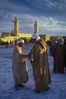 Tamanrasset, Algerien 2010- Unbekannte vor der Moschee. foto