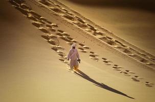 tikobaouine, italien 2010-unbekannter touareg mit kamelwanderung in der wüste tassili n'ajjer foto