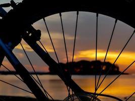 Radsilhouette aus Fahrrad und Sonnenaufgangslicht foto