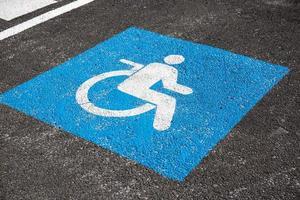 Behindertensymbol auf Asphalt gemalt. Verkehrsschild foto