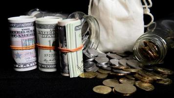Konzeptgeld und Münzen sparen foto