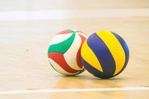 blau-gelber Volleyball auf Bodenvolleyball foto
