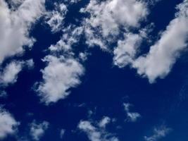 blauer Himmel mit weißen Wolken. der weite blaue Himmel und Wolkenhimmel. der Himmel an einem klaren Tag foto