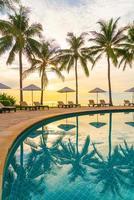 Sonnenschirm und Stuhl um den Pool im Resorthotel für Freizeitreisen und Urlaub in der Nähe von Meer/Ozean-Strand? foto