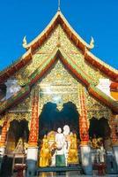 schöner goldener berg am tempel von wat phra, der doi suthep in chiang mai, thailand. foto