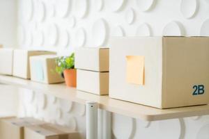 Verpackung auf dem Tisch - Online-Konzept verkaufen foto