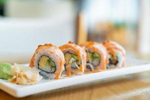 Lachsrolle Sushi mit Sauce oben - japanische Küche foto