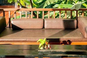 bequeme Kissendekoration auf dem Sofa im Balkonbereich foto