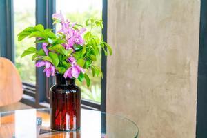 Orchideenblüten in Vasendekoration auf dem Tisch im Café-Café-Restaurant foto
