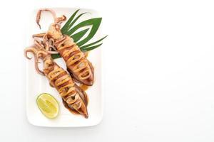 Gegrillter Tintenfisch mit Teriyaki-Sauce isoliert auf weißem Hintergrund foto