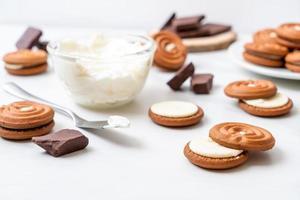 Schokoladenkekse mit Milchcreme foto