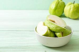 frische Guavenfrüchte in Scheiben - tropische Früchte foto