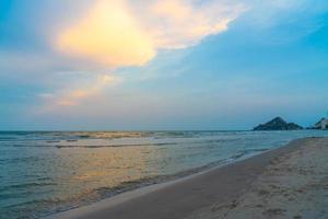 schöner Dämmerungshimmel mit Seestrand - Ferien und Urlaubskonzept foto
