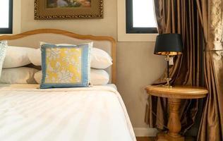 Nahaufnahme schöne Kissendekoration auf dem Bett im Schlafzimmer foto
