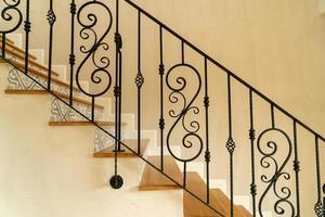 schöne Treppenstufen mit schwarzem Handlauf foto