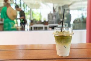 gefrorener Matcha-Grüntee-Milchshake im Café-Restaurant? foto