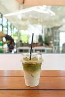 gefrorener Matcha-Grüntee-Milchshake im Café-Café-Restaurant? foto
