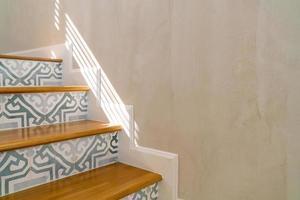 schöne Treppenstufe mit Sonnenlicht foto