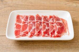 frisch geschnittenes Kragenschwein roh foto