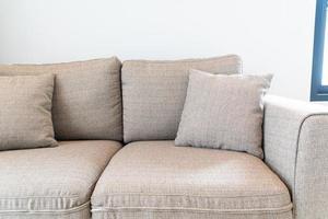 schöne Kissendekoration auf Sofa im Wohnzimmer foto