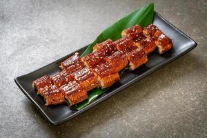 in Scheiben geschnittener gegrillter Aal oder gegrillter Unagi mit Sauce - Kabayaki - japanische Küche foto