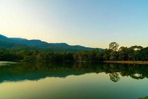 Ang Kaew See an der Chiang Mai University mit bewaldeten Bergen foto