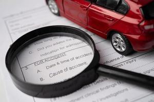 Krankenversicherungs-Unfall-Antragsformular mit Auto. foto
