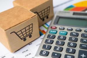 Warenkorb-Logo an der Box mit Taschenrechner auf Diagrammhintergrund. Bankkonto, investitionsanalytische Forschungsdatenwirtschaft, Handel, Online-Unternehmenskonzept für den Geschäftsimport und -export. foto