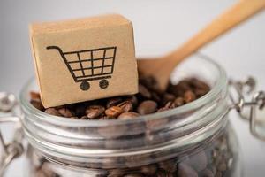 Box mit Einkaufswagen-Logo-Symbol auf Kaffeebohnen, Import-Export-Shopping online oder E-Commerce-Lieferservice-Shop-Produktversand, Handel, Lieferantenkonzept. foto