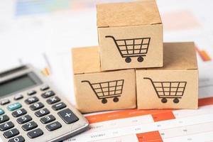 Warenkorb-Logo auf Box mit Taschenrechner auf Diagrammhintergrund. Bankkonto, investitionsanalytische Forschungsdatenwirtschaft, Handel, Online-Unternehmenskonzept für den Geschäftsimport und -export. foto