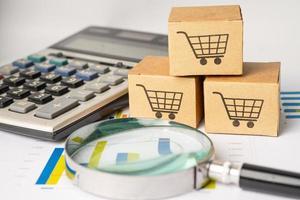 Einkaufswagen-Logo auf Box mit Lupe auf Diagrammhintergrund. Bankkonto, investitionsanalytische Forschungsdatenwirtschaft, Handel, Online-Unternehmenskonzept für den Geschäftsimport und -export. foto