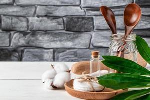 Natürliche biologisch abbaubare Küchenutensilien auf grauem Steinhintergrund. Zero-Waste-Konzept. foto