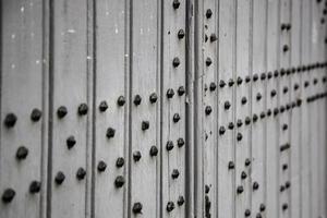 alte Holztür mit Metall foto